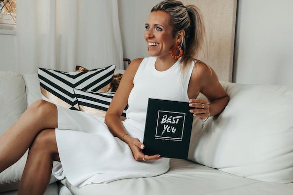 Miriam Nagler mit ihrem Buch BEST YOU - Ratgeber zur Persönlichkeitsentwicklung
