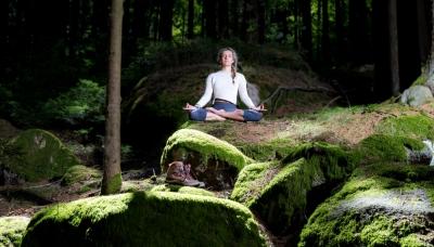 Im Schneidersitz meditieren ist kein KANN aber kein MUSS. In jeder bequemen Position können wir meditieren und abschalten. Mehr Resilienz erlangen.